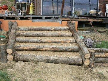 escaliers de jardin en rondins de bois autoconstruction construire sa maison soi m me. Black Bedroom Furniture Sets. Home Design Ideas
